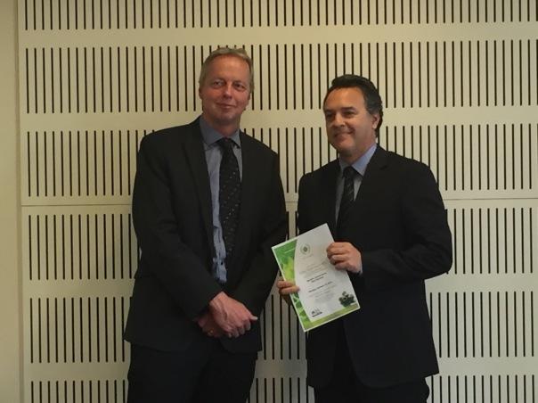 El cónsul de Colombia en Nueva Zelanda, Juan Carlos Cadena Silva, con el certificado del premio Green World.